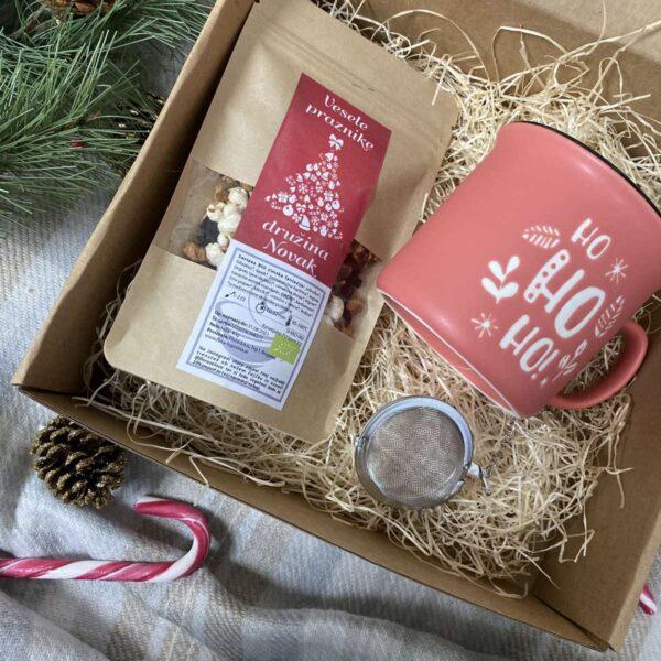 Personalizirani darilni paket vsebuje čaj, cedilo in skodelico z božičnim motivom.