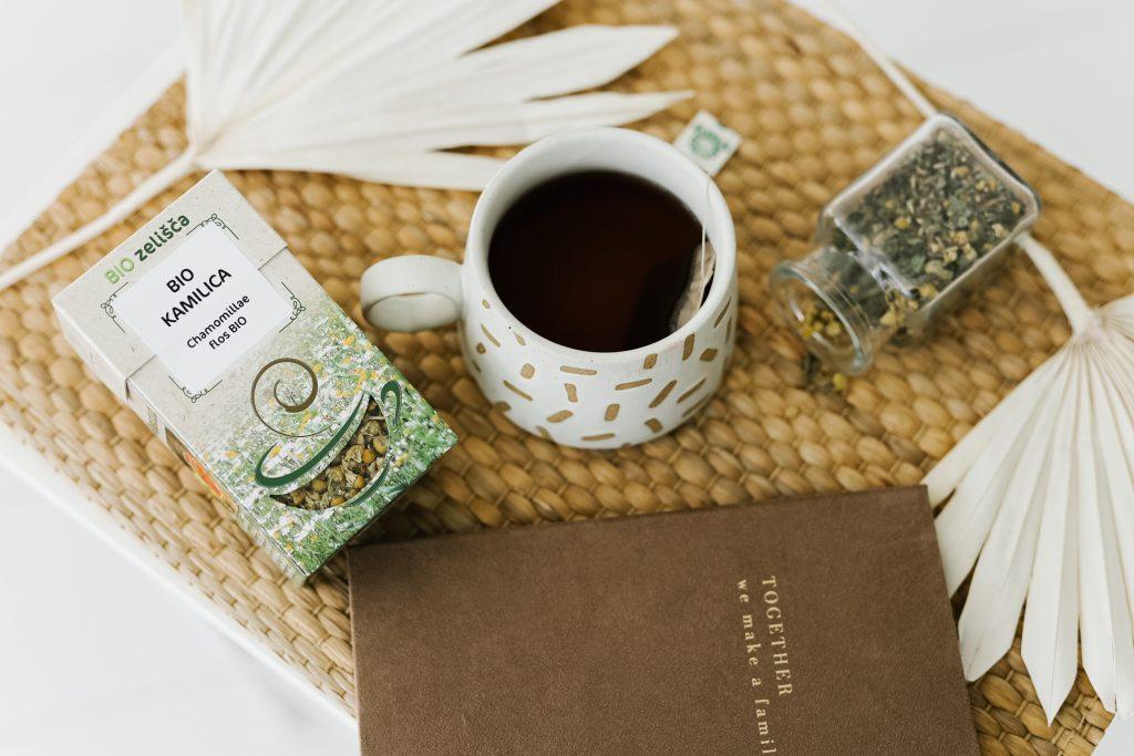 Kamilica, skodelica čaja in foto album.